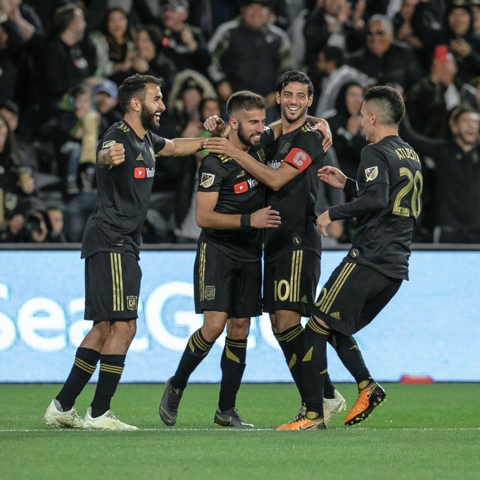 El uruguayo Diego Rossi es felicitado luego de anotar el primer gol de 2019 para el LAFC.