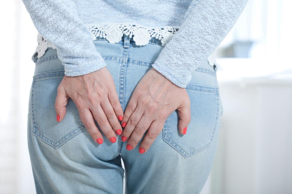 Consumir alimentos con fibra y vitamina K es una de las principales recomendaciones para tratar las hemorroides.