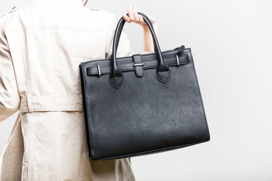 Cuál es la mejor cartera de mujer para llevar al trabajo a diario? | La Opinión