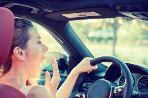 ¿Cómo sería el uso correcto del volante para conducir mi auto?