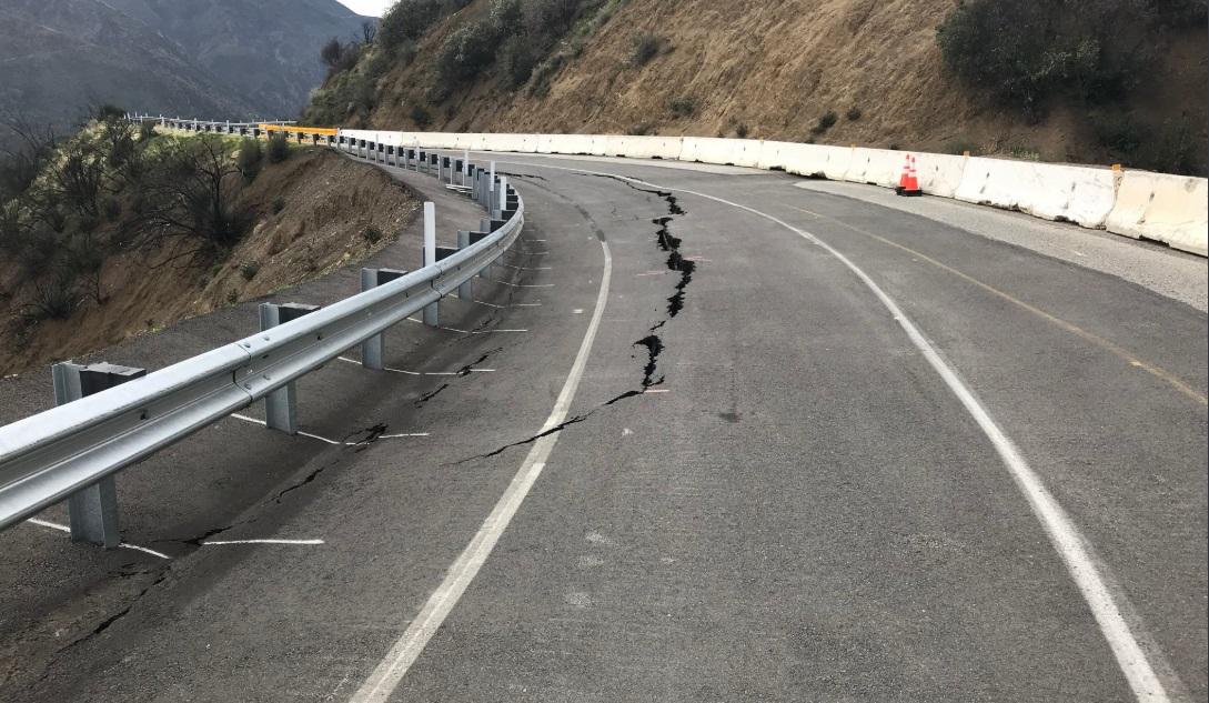 La SR-33 cuatro millas al sur de Rose Valley Road, en California presenta una grieta de gran tamaño.
