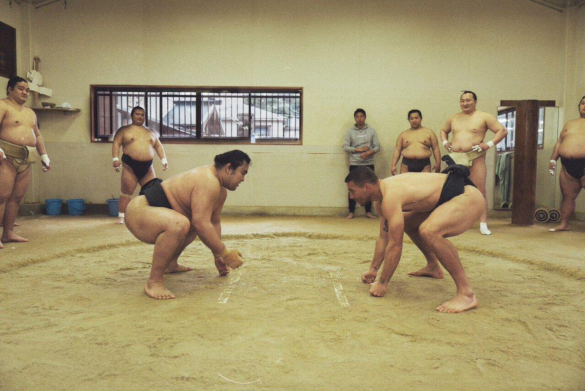 Lukas Podolski se enfrenta en Japón al gran campeón de sumo Hakuho Sho