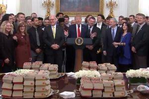 Trump lo vuelve a hacer: ofrece banquete de comida chatarra en la Casa Blanca