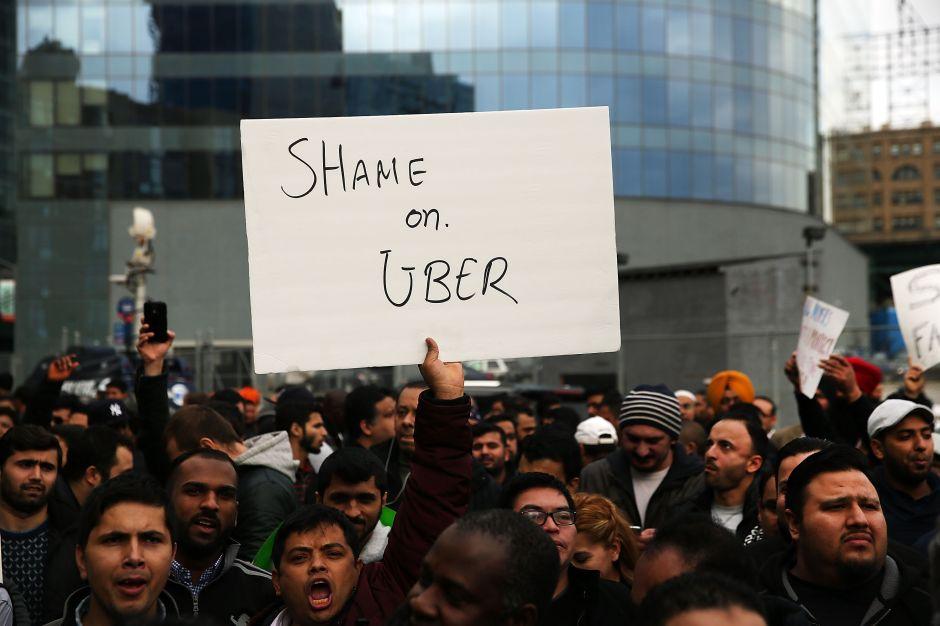 Conductores de Uber y Lyft protestan en Los Ángeles por recortes en pagos
