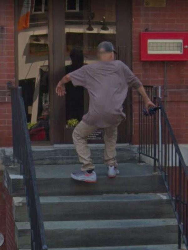 Google Maps muestra a un hombre cayendo por las escaleras