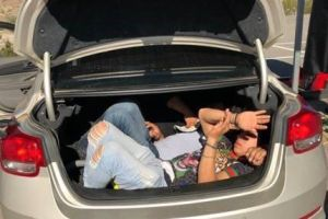 Detenido un ciudadano estadounidense por trasladar indocumentados en la cajuela de su auto