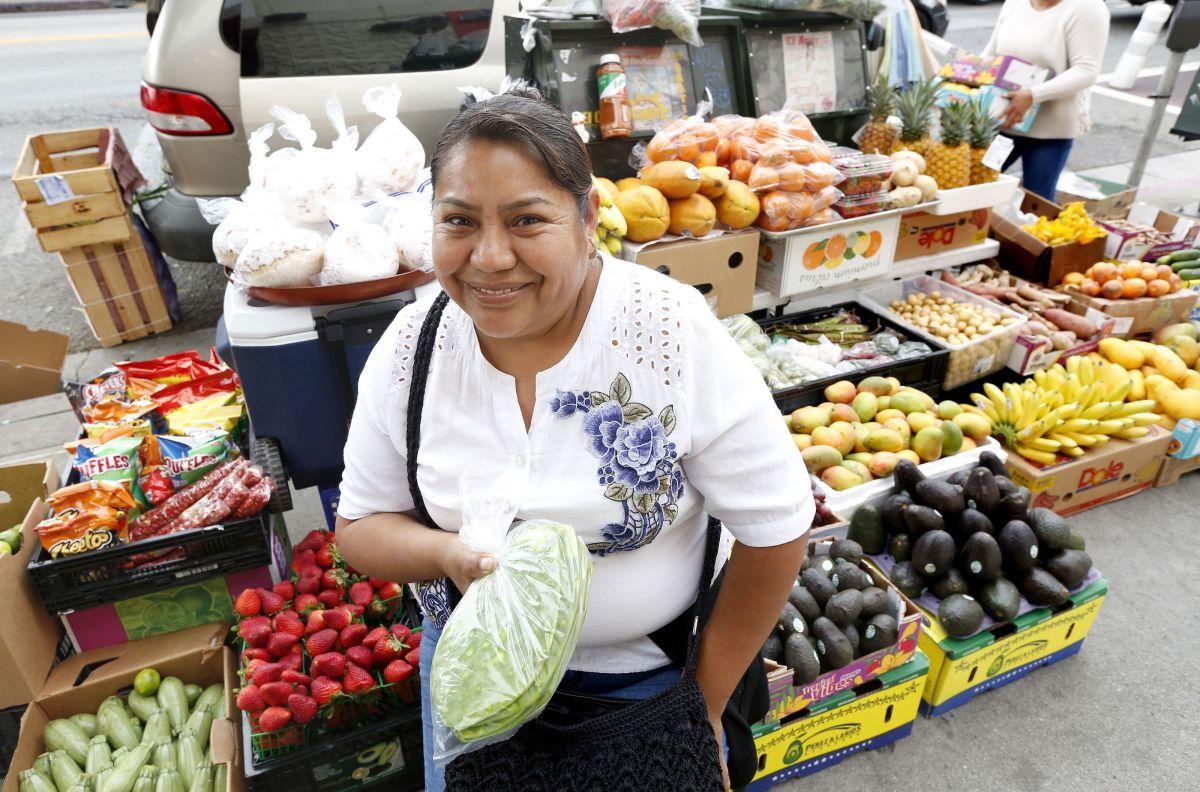 La mujer cuenta que se levanta a las 5:00 a.m. para ir a conseguir productos frescos para sus clientes. / foto: Aurelia Ventura.