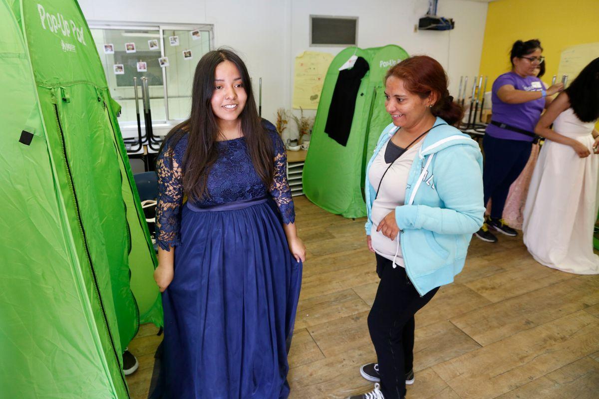 Stephanie Razo se prueba un vestido junto a su madre Ruby Lara./ foto: Aurelia Ventura.