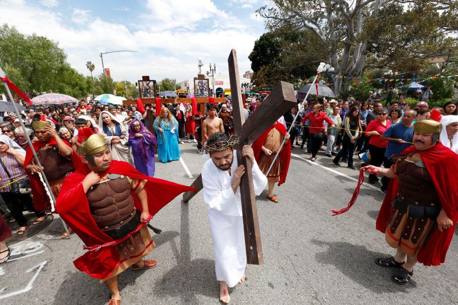 Católicos angelinos escenifican un Viacrucis para los inmigrantes