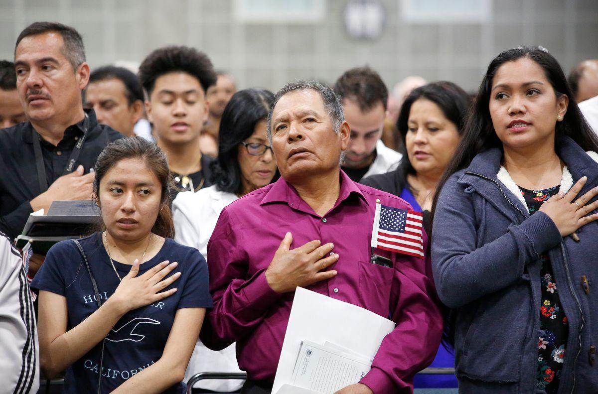 Miles de latinos vencen apatía para hacerse ciudadanos de EE UU