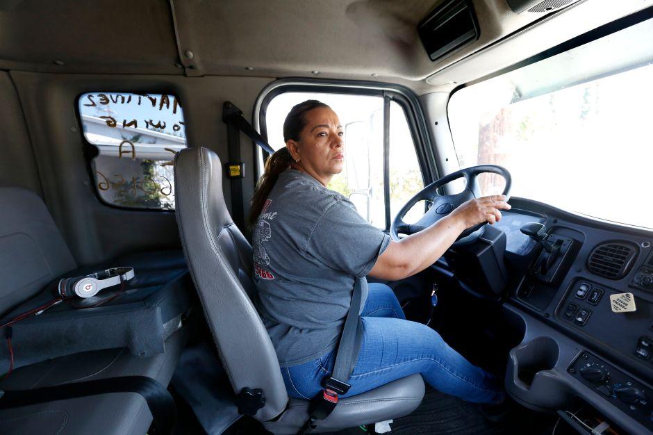 Latinas operan grúas en una industria dominada por hombres