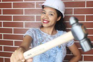Pamola Cipriano, la joven sensación de YouTube que enseña cómo hacer trabajos de construcción