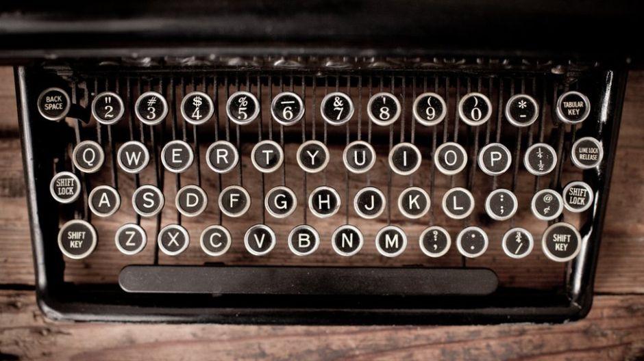"""Cómo el """"teclado qwerty"""" llegó a convertirse en el más popular de todos aunque no es el más eficiente"""