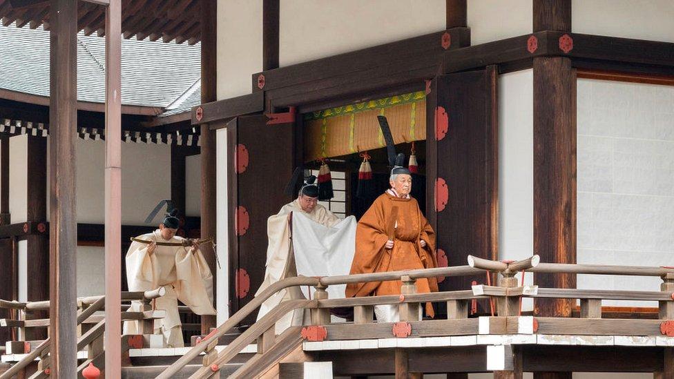 Adbicación en Japón.