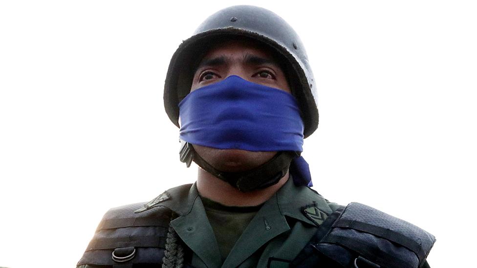 Los militares que apoyan a Guaidó portan con la banda de color azul.