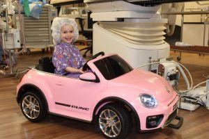 Hospital en California permite a pequeños pacientes conducir mini autos hacia el quirófano para reducir la ansiedad