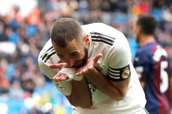 Karim Benzema celebra su segundo gol en el triunfo 2-1 del Real Madrid sobre el Eibar