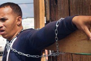 Migrante cubano se crucifica en Chiapas, exige salvoconducto