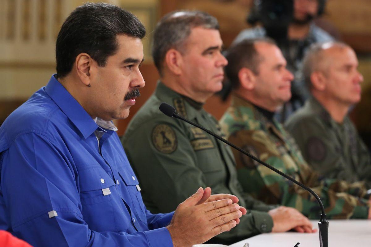 Nicolás Maduro (i), durante una alocución trasmitida en cadena de radio y televisión.
