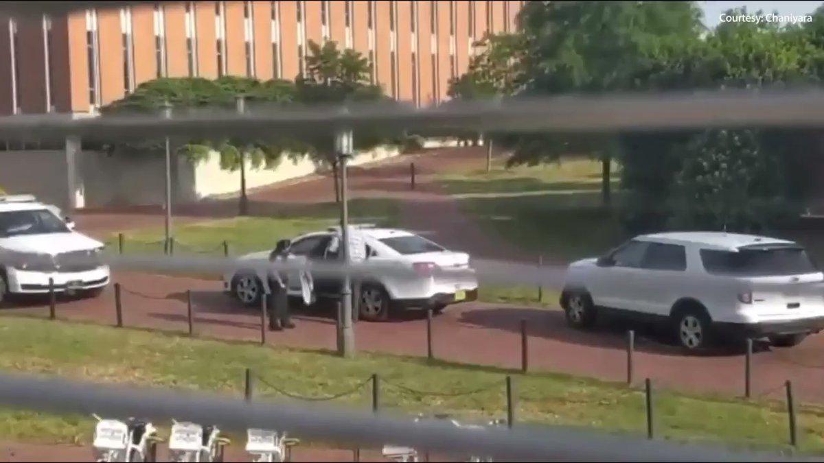 Las autoridades registran la universidad de Charlotte tras el tiroteo.