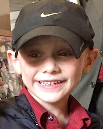 Hacen vigilia en honor a niño Andrew 'AJ' Freund tras conocer a los sospechosos de haberlo matado en Crystal Lake, Illinois
