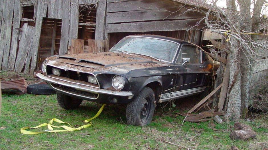 Ford Mustang Shelby GT500 de 1968 abandonado a su suerte en una granja, ahora en venta valuado en 100K