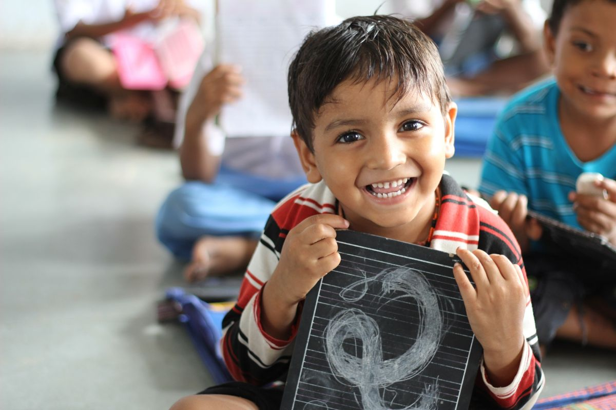 """El gobernador destacó """"la importancia de la educación bilingüe y la educación temprana""""."""