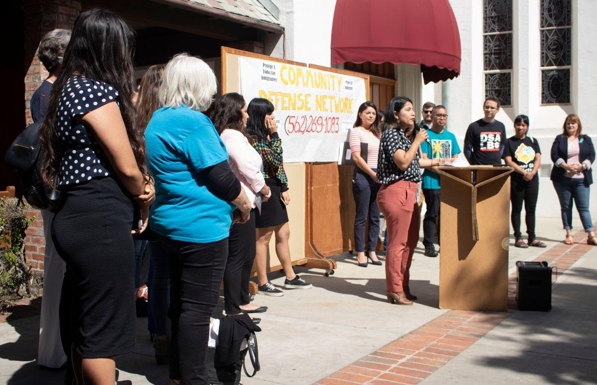 Activistas por los derechos humanos como Maria Lopez, Directora of Community Organizing with Housing Long Beach,  se reunieron en la Iglesia Episcopal St Luke de Long Beach para anunciar la puesta en marcha del Fondo de Justicia. (Foto cortesía de la organización Long Beach Forward).