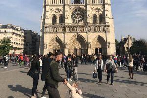 Fueron fotografiados minutos antes del incendio en Notre Dame y los buscan en redes por esta asombrosa razón