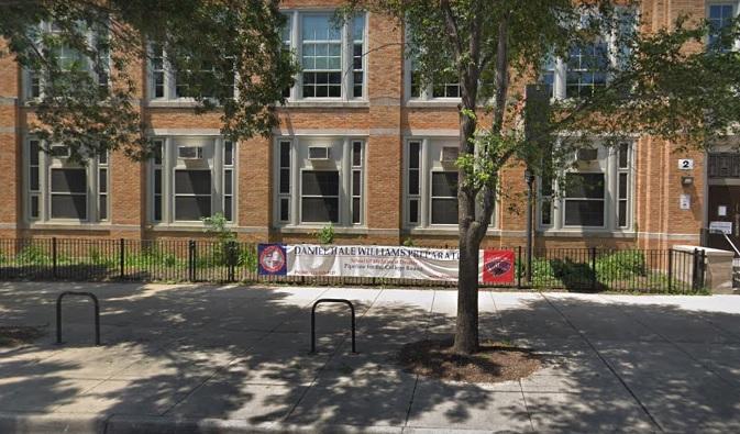 Estudiante dice que sale agua marrón de los grifos de una escuela pública en el sur de Chicago