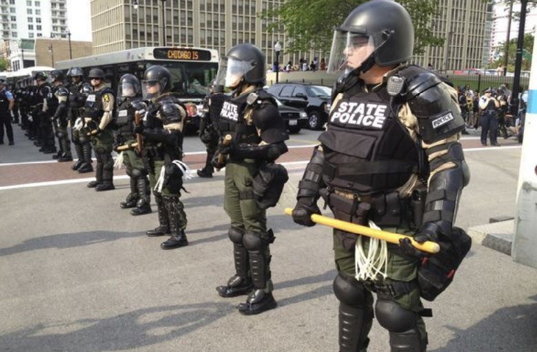 Arrestan a grupos de adolescentes por pelear en el centro de Chicago