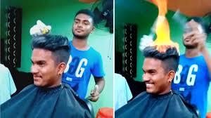 Un peluquero corta el cabello prendiéndolo fuego y su popularidad es total