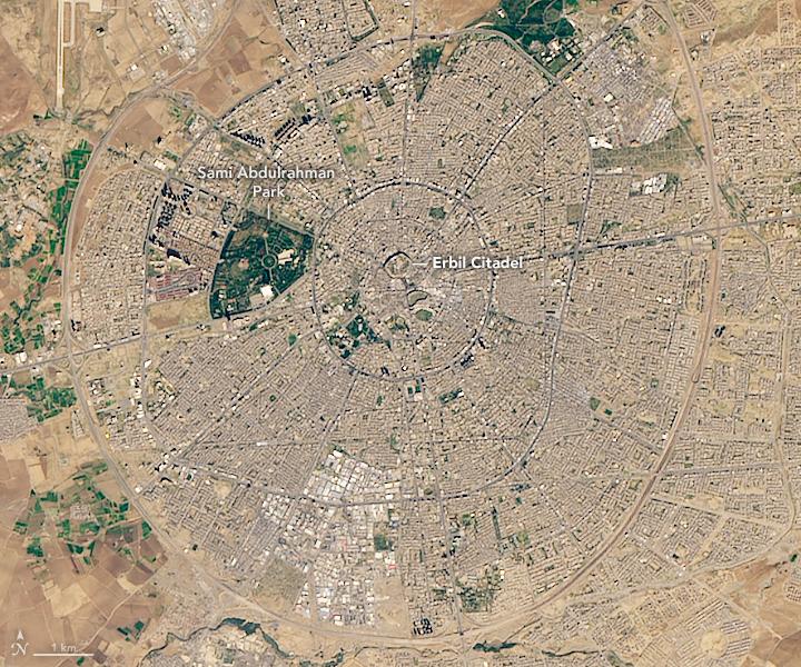 La Ciudadela Erbil aparece en el centro de lo que parece una rueda de carreta.