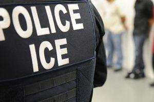 La pulsera verde que salvó a decenas de inmigrantes de ser arrestados por ICE en mega redada en una fábrica