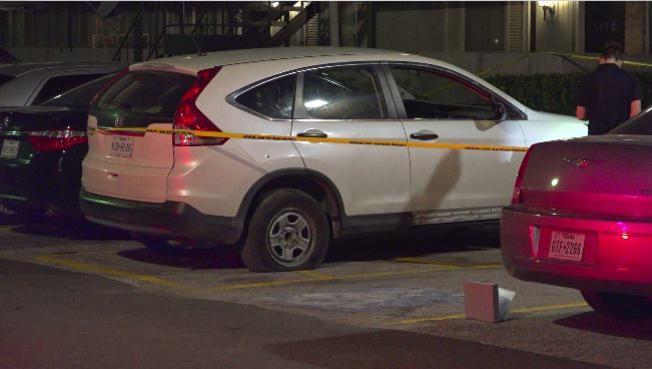 Sospechoso asesina a joven esperando en un vehículo