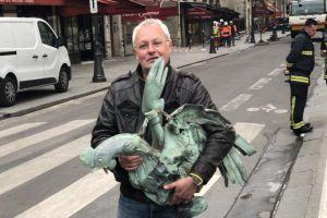 Encuentran el gallo de la aguja de Notre Dame. Guardaba dentro tres reliquias