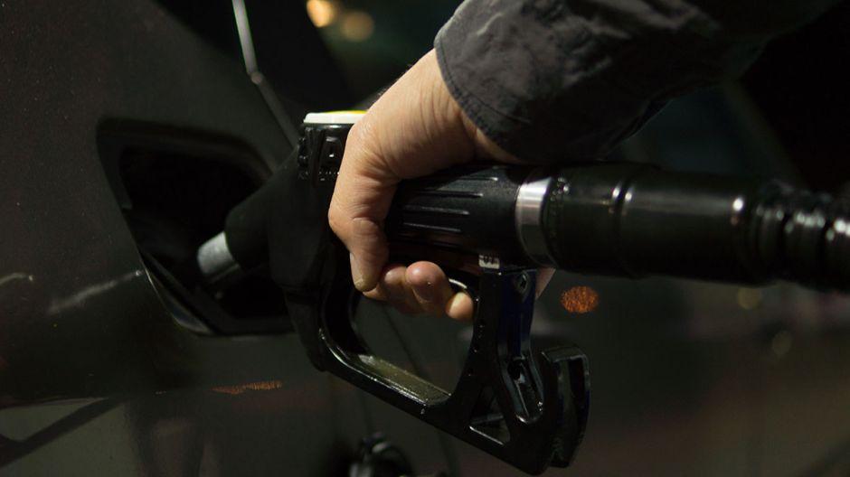 ¿Cómo saben las bombas de gasolina cuando el tanque de su automóvil está lleno?