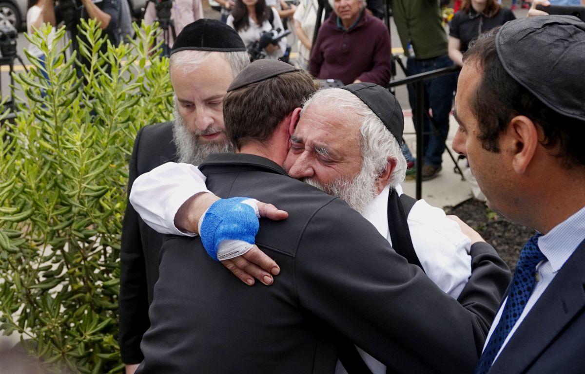 El Director Ejecutivo, Rabi Ysrael Goldstein, quien recibió un disparo en las manos, abraza a sus feligreses después de una conferencia de prensa fuera de la Sinagoga de Jabad de Poway el 28 de abril de 2019 en Poway, California.