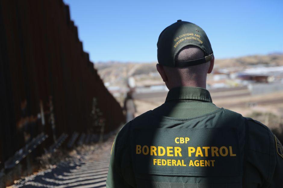 Honran a agentes que ayudaron a someter familias que buscaban asilo