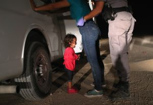 """Niña migrante denuncia haber sido """"golpeada y maltratada"""" en centro de detención"""