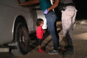 La imagen de la niña llorando en la frontera es elegida Foto del Año