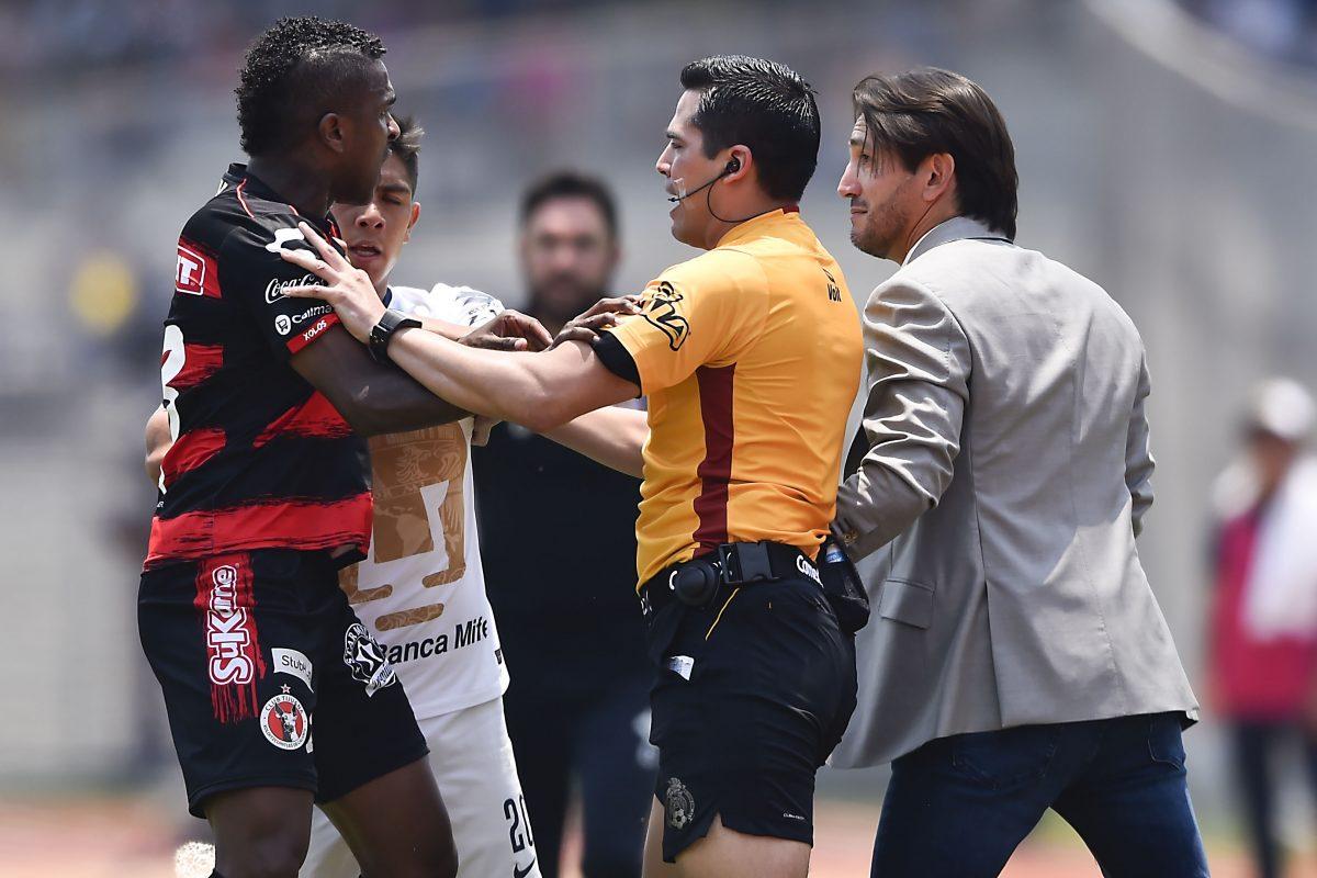 Bruno Marioni, entrenador de Pumas provocó una bronca al final del juego ante Xolos.