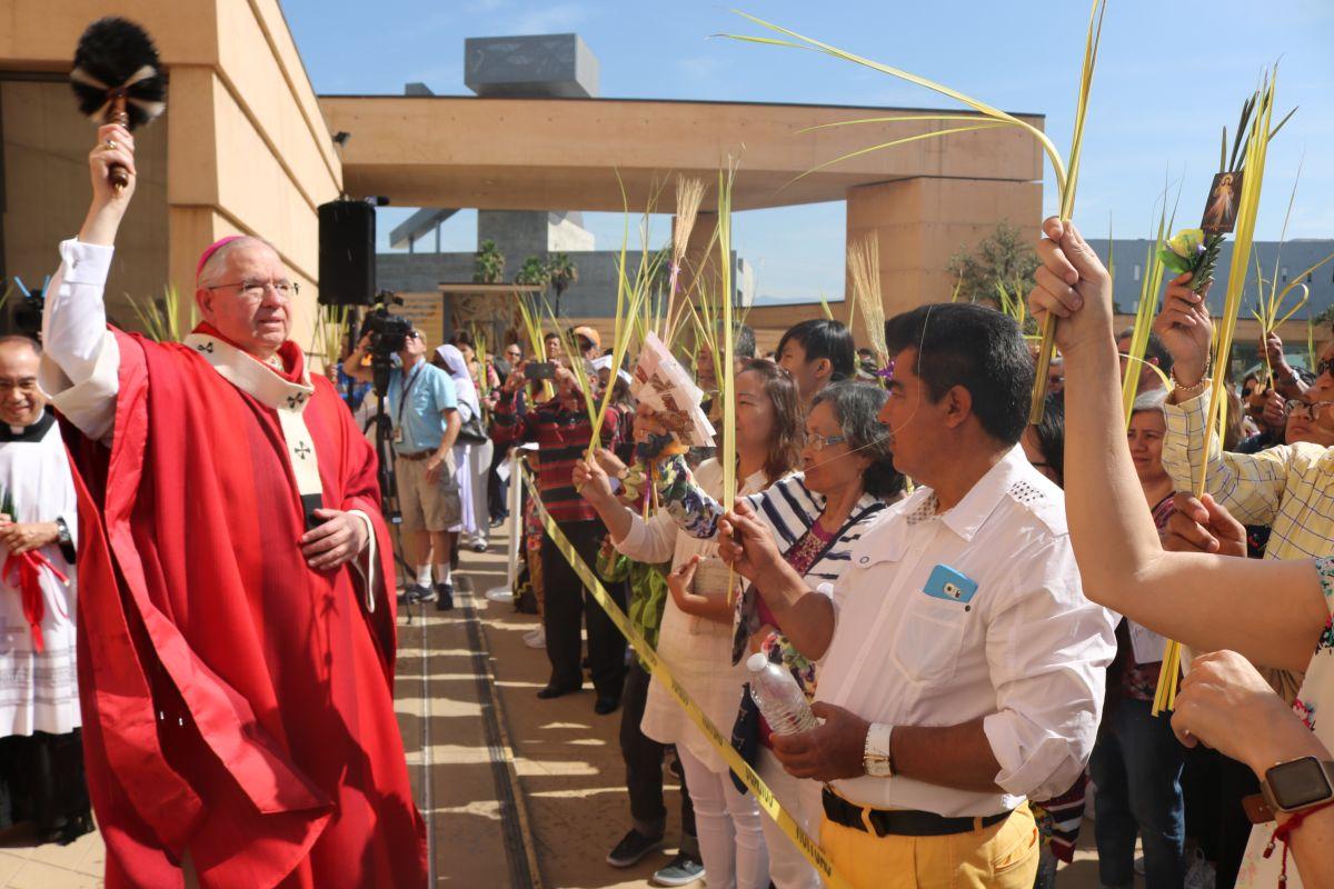 El arzobispo José H. Gómez bendice las palmas en la Catedral de Nuestra Señora de los Ángeles.