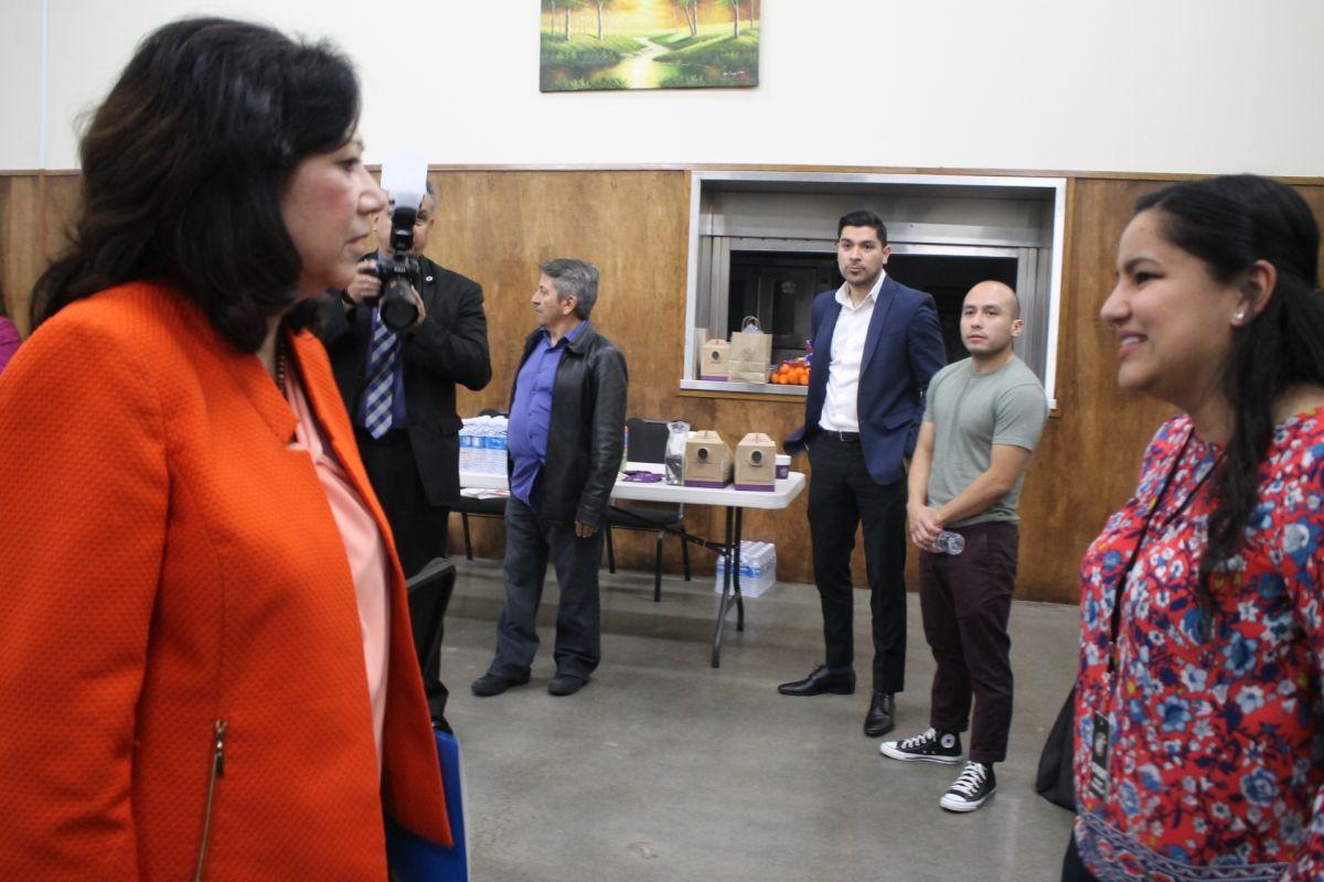La supervisora del condado, Hilda Solís habla con Verónica Polanco, vicepresidente del Consejo Vecinal de Boyle Heights (Jorge Macías)