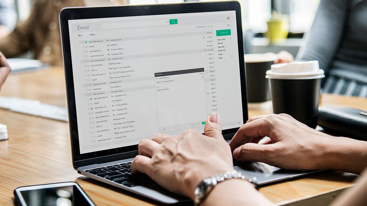 Las mejores formas de saludar al inicio de un correo electrónico de negocios