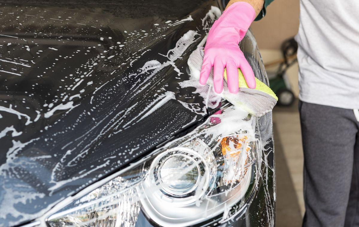 Lava el auto por lo menos cada dos semanas