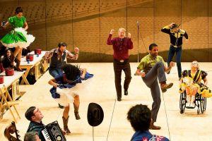 Actriz en silla de ruedas hace historia al protagonizar un musical en Broadway