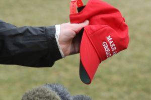 Prohíben a un encargado de mantenimiento de universidad llevar gorra MAGA