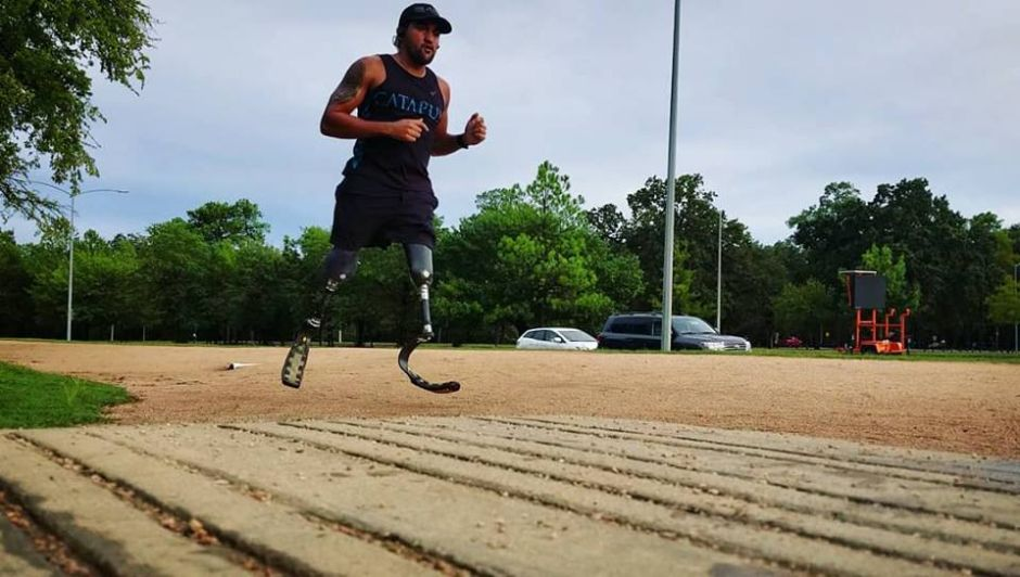 Houstoniano con doble amputación cruzó la meta del Maratón de Boston