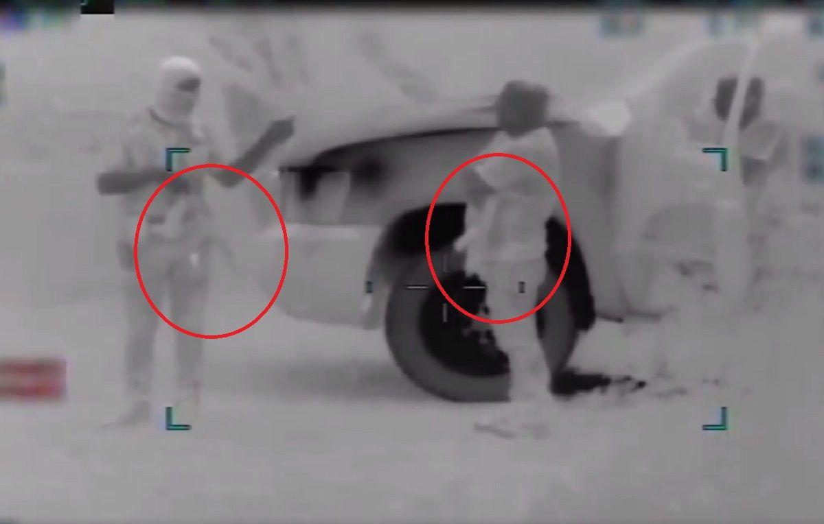 Video de hombres armados cruzando a inmigrantes en la frontera